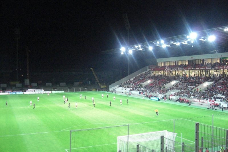 Die vierte Tribüne im neuen Stadion Essen ist noch nicht fertig. Im Hintergrund sieht man noch die Tribüne des Georg-Melches-Stadions.