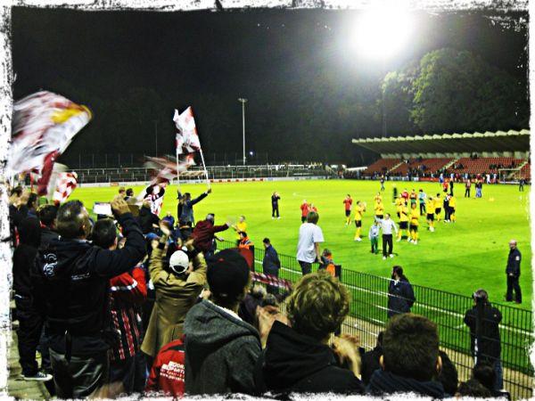 Völlig verdient konnten Fortunas Fans ihre Spieler nach dem 2:1-Sieg im Derby gegen die #effzeh-Amateure bejubeln. (Fotocredit: @janblurr via http://dfcmitglied472.wordpress.com/2012/09/22/heimsieg-am-geisbockheim-1-fc-koln-ii-fortuna-koln-12/)
